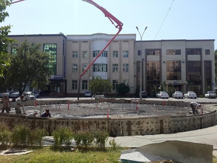 Прямо посреди дорожного полотна на улице Афрасиаб по указанию властей началось строительство бассейна. Фото 31 августа 2016 года