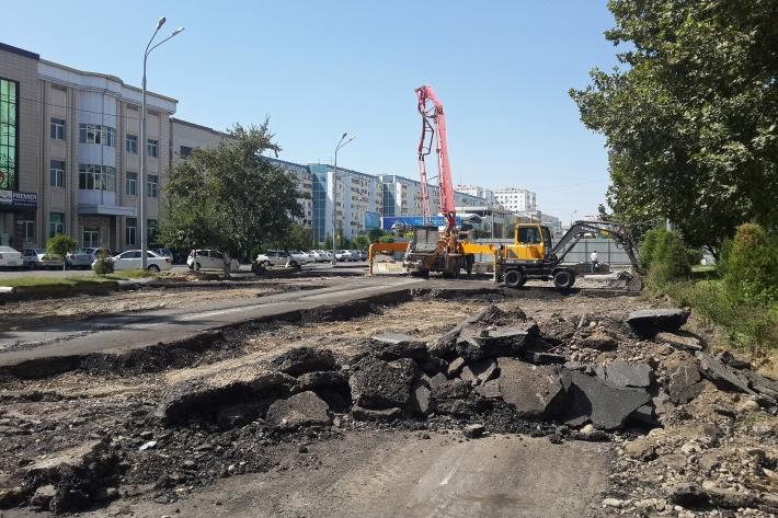 Техника сдирает асфальт с только что закрытого участка дороги на улице Афрасиаб (бывший проспект Космонавтов), 31 августа 2016 года