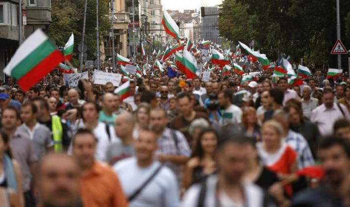 Протестующие у здания парламента в центре Софии, Болгария, 20 июня 2013 года