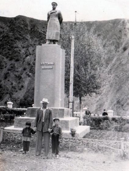 Пётр Гросс с детьми. Ирина слева. Янгиабад 1959 год