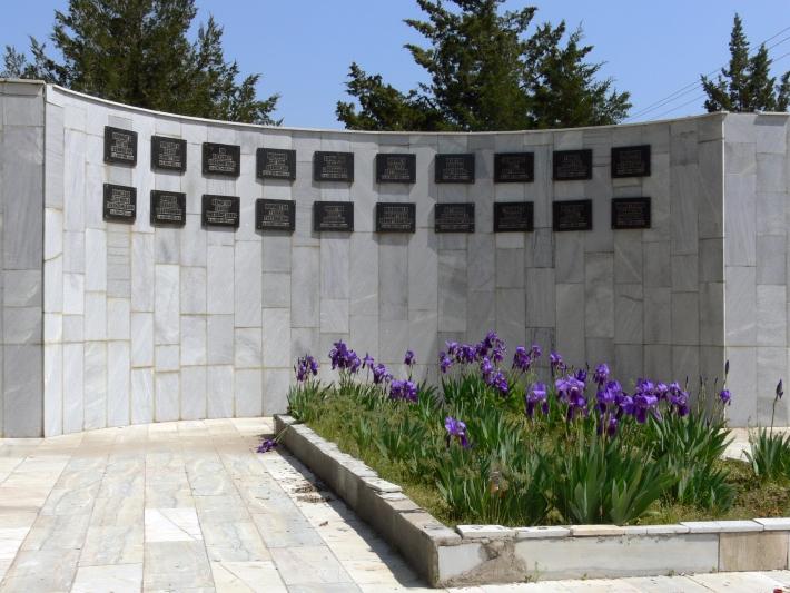 Недавно снесенный памятник погибшим в Афганистане, Той-Тепа, фото 2010 года