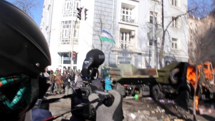 Улица Институтская, 18 февраля. Шавкат Мухаммад держит флаг