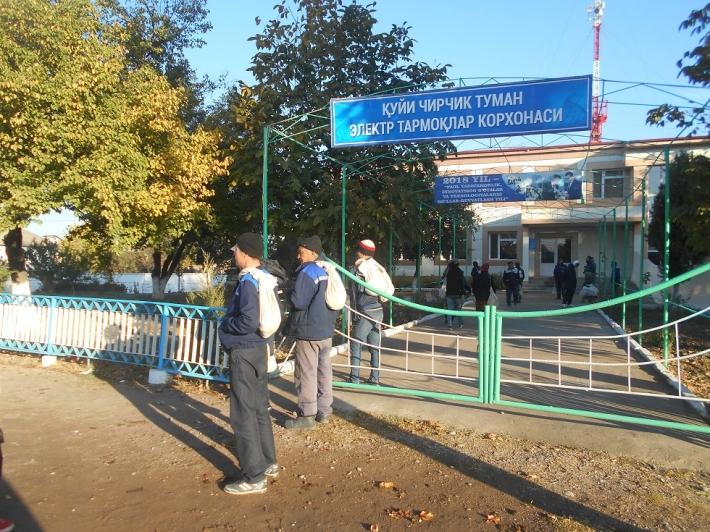 Работники предприятия электросетей Куйичирчикского (Среднечирчикского) района перед отправкой на хлопковые поля. Фото Елены Урлаевой